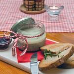 Domácí paštika, brusinky, křupavý chléb